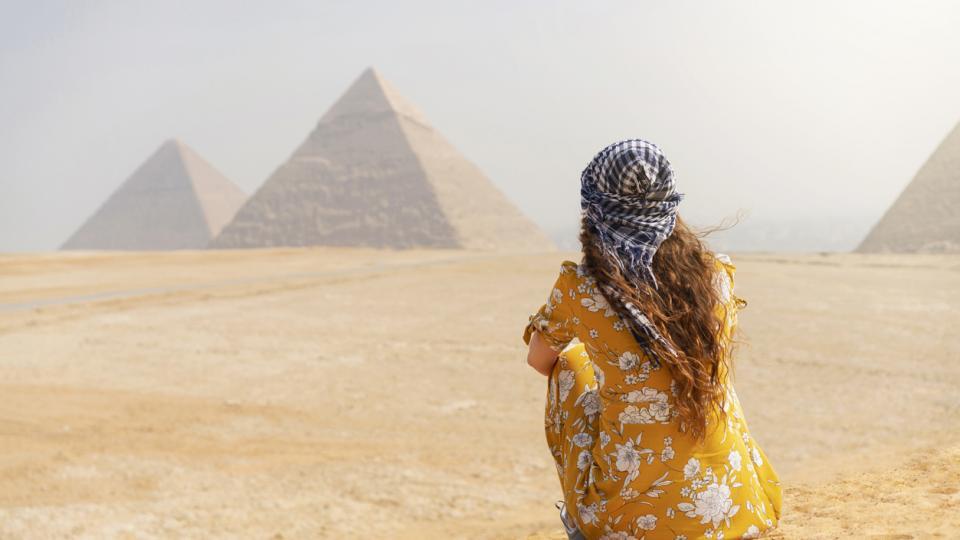 жена пирамиди