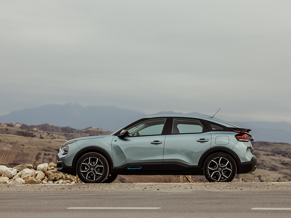 Новият компактен модел на французите предлага атрактивен дизайн и визия, с които може да привлича клиенти от два различни сегмента. И по-важното: излиза отново на автомобилната карта с един смел продукт, предлагащ задвижване на бензин, дизел и ток.