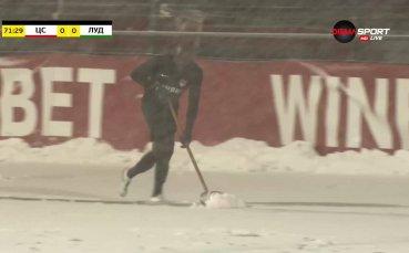Култово: Вратарят на Царско село рине сняг срещу Лудогорец