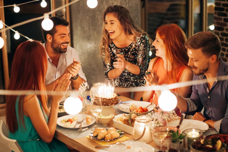 жена рожден ден торта свещи парти приятели
