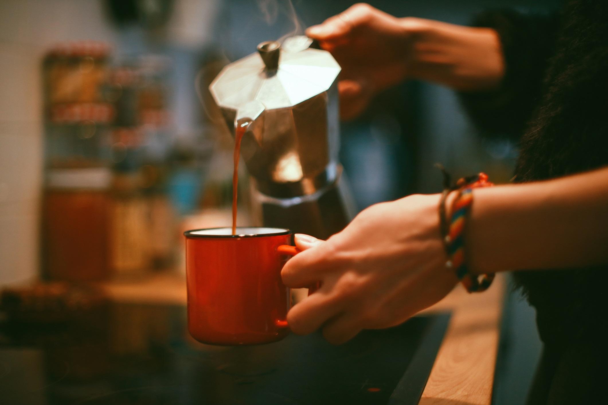 <p><strong>Хора с проблеми със съня</strong></p>  <p>Разбираемо е да посегнете към чаша (или повече) кафе, след като не сте пали добре през нощта, но вашият навик за кафе може да продължи цикъла на лош сън и умора. Избягвайте кофеина поне 6 часа преди лягане.</p>
