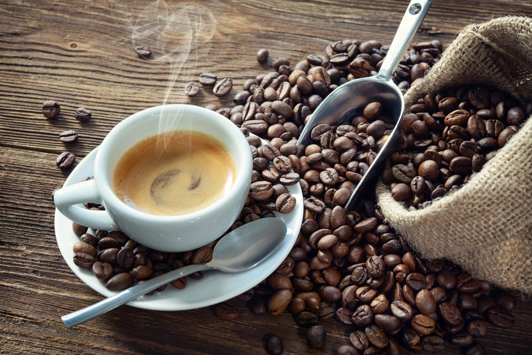 <p><strong>Хора със свръхактивен пикочен мехур</strong></p>  <p>Всички знаем, че е най-добре да избягвате голяма чаша кафе преди дълго пътуване. Приемът на кофеин може да увеличи както честотата на уриниране, така и спешността. Ако не пиете редовно кафе, може да сте още по-чувствителни към този ефект.</p>