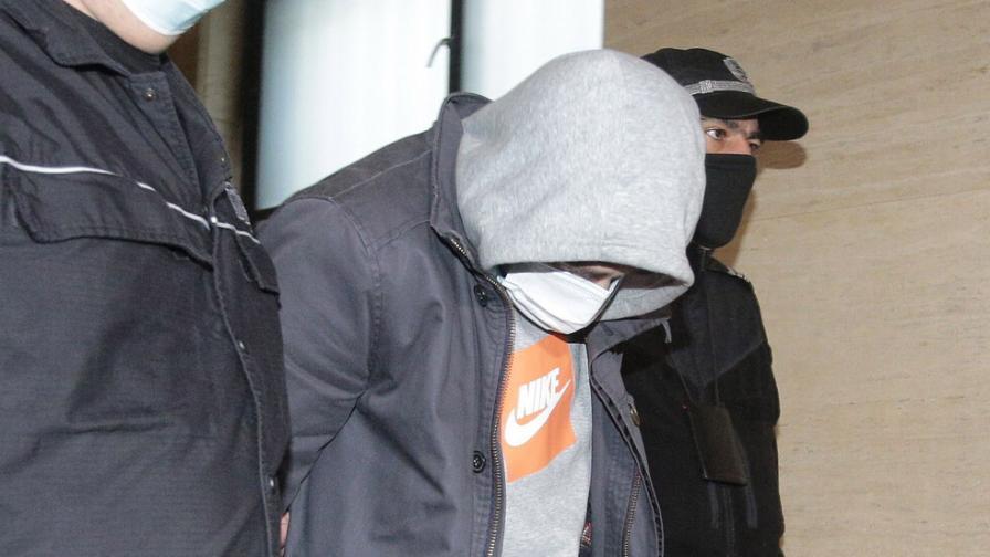 Четирима обвиняеми за шпионаж остава в ареста
