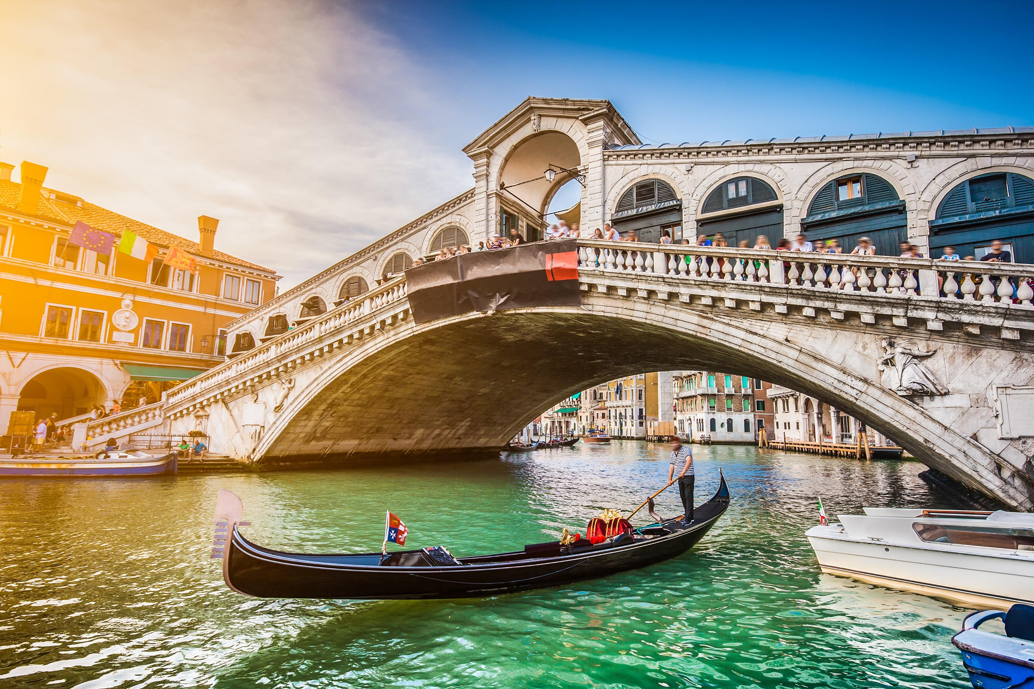 <p><strong>Риалто (Венеция, Италия)</strong></p>  <p>Мостът от XVI в. пресича най-тясната точка на Канале Гранде във Венеция и се счита за голям подвиг на архитектурата от епохата на Ренесанса. Елегантна арка, изпълнена с каменни релефи, Риалто заменя дървена конструкция, съществувала тук от XII в. и днес е най-старият мост, над известния канал.</p>