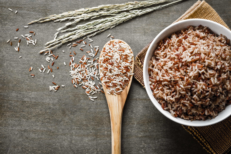 <p><strong>3. Кафяв ориз</strong></p>  <p>Кафявият ориз е много питателна храна. В сравнение с белия ориз той е по-малко обработен и има по-голяма хранителна стойност под формата на фибри, витамини и минерали. Половин чаша (50 грама) кафяв ориз съдържа 2 гр фибри и осигурява голяма част от препоръчителния дневен прием манган, минерал, който помага на ензимите да разграждат въглехидратите и протеините за генериране на енергия. Освен това, благодарение на съдържанието на фибри, кафявият ориз има нисък гликемичен индекс. Следователно това може да помогне за регулиране на нивата на кръвната захар и да стабилизира нивата на енергия през целия ден.</p>