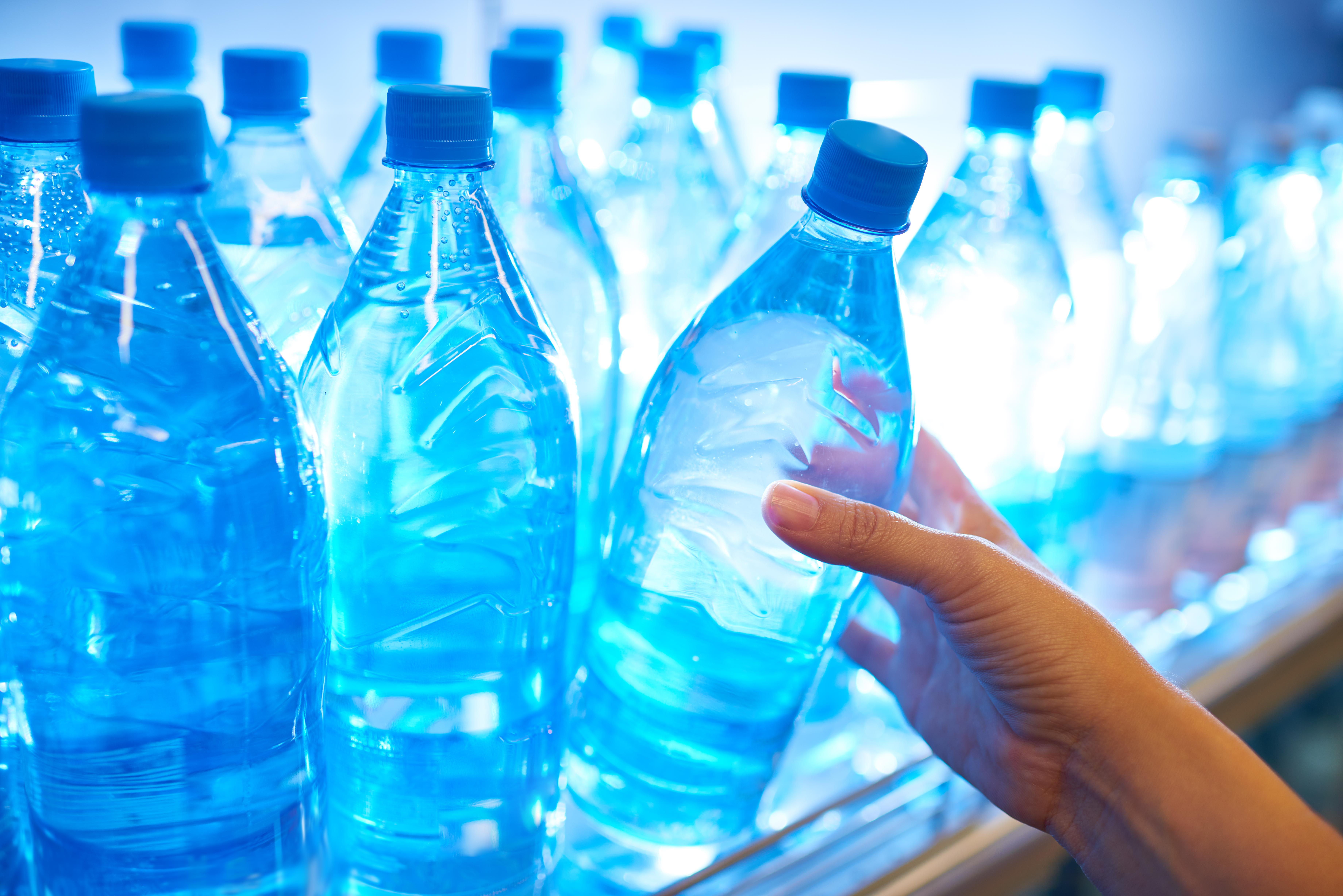 <p><strong>Пиене от пластмасови бутилки</strong><br /> Логично е да се приеме, че пиенето от пластмасови бутилки е безопасно и здравословно нещо. Не всички материали обаче са еднакво безопасни и екологични. Пластмасовите бутилки са опасни заради &nbsp;химикалите, които отделят при излагането им на високи температури.<br /> Например, ако оставите пластмасова бутилка в колата си в горещ ден, повърхностните слоеве на пластмасата могат да отделят токсичен химикал (бисфенол А), който може да замърси водата, която пиете.&nbsp;</p>