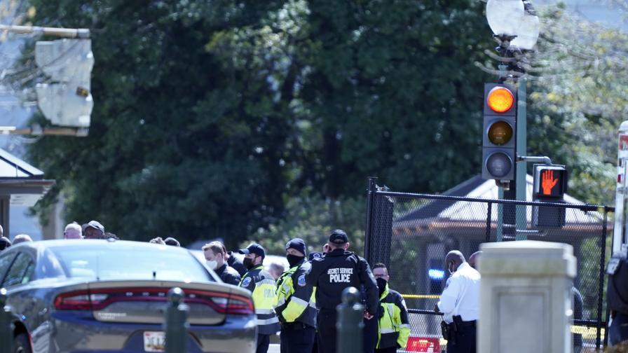 Кола се вряза в двама полицаи край Капитолия, шофьорът е застрелян