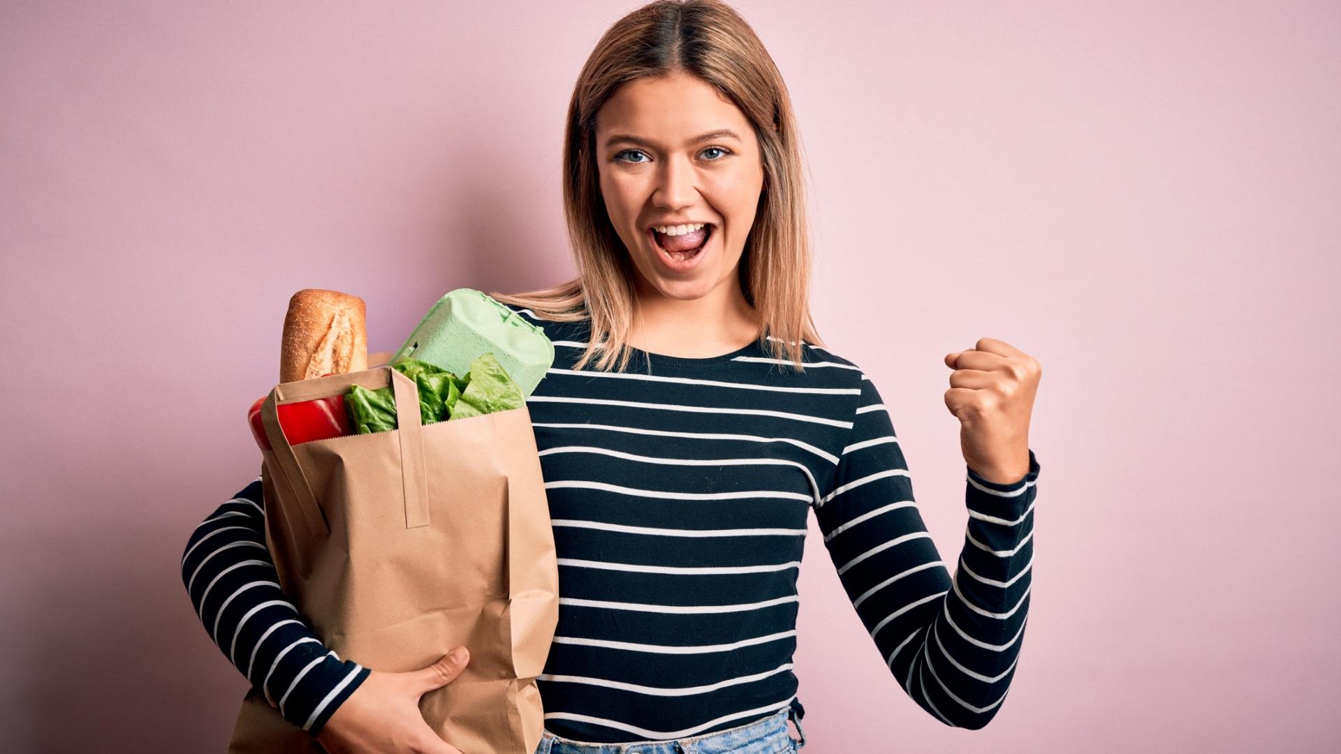 <p><strong>Не пазарувайте</strong></p>  <p>Всички знаем, че гладът ни кара да купуваме повече храна, отколкото всъщност ни е необходима. Празният стомах обаче ни кара да пазаруваме повече и в нехранителен магазин.</p>  <p><u>Съвет:</u> Ако все пак сте в магазина гладни, предварително изготвен списък и плащане в брой ще ви помогнат да не прахосвате пари.</p>