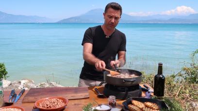 Италиански боб с наденица и чеснови хлебчета