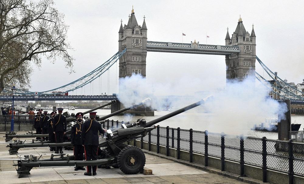 С топовни салюти и цветя Обединеното кралство се прощава с принц Филип