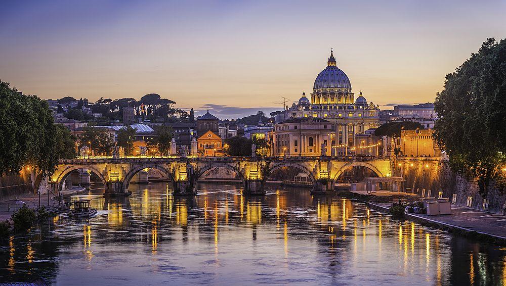 Вечният град е столица на съвременна Италия. Богатата му история, култура, изобилието от забележителности превръщат града в магнетична туристическа дестинация. Рим, Ватикана, Колизеума и какво ли още не има за откриване в италианската столица.
