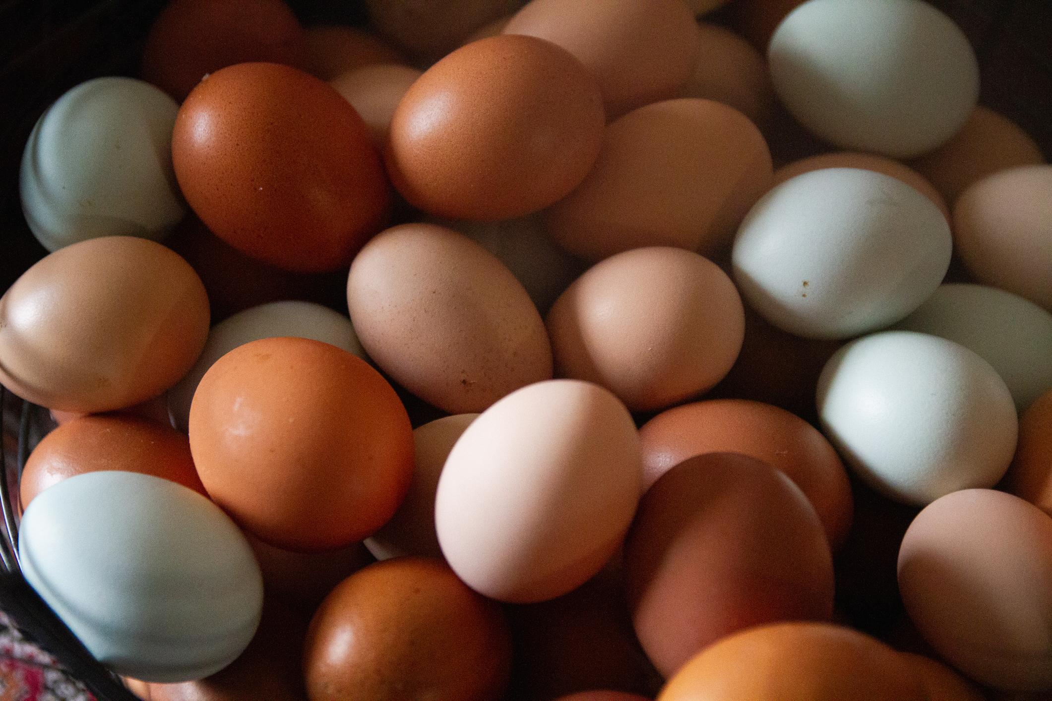 <p><strong>Ще отслабнете</strong></p>  <p>Яйцата засищат и затова са супер подходящи, ако искате да свалите килограми. Съдържат много хранителни вещества, а имат малко калории (малко под 200). Ако закусвате две варени яйца, през деня ще изядете много по-малко храна.</p>