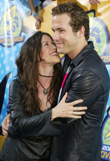 <p><strong>Раян Рейнолдс и Аланис Морисет </strong>- в началото на 2000г. двамата са една от най-известните двойки в Холивуд. Заедно са цели 5 години от 2002 до 2007, дори се сгодяват, но малко след това се разделят. Почти веднага след раздялата Раян среща Скарлет Йохансон, но от 2011г. насам, дамата в сърцето на Рейнолдс е Блейк Лайвли. Двамата имат 3 дъщери!</p>  <p>&nbsp;</p>