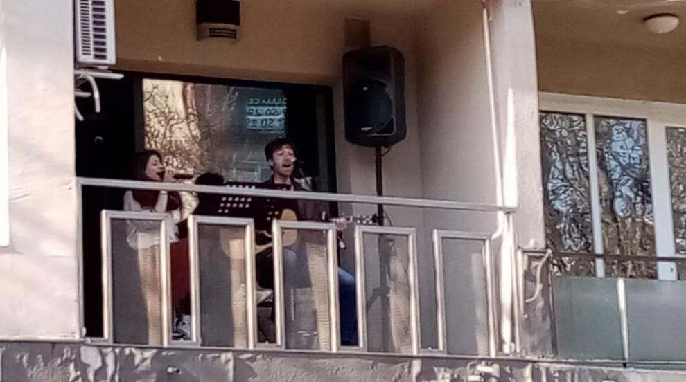 Млади музиканти докараха пролетта с балкон фест в Шумен (СНИМКИ/ВИДЕО)