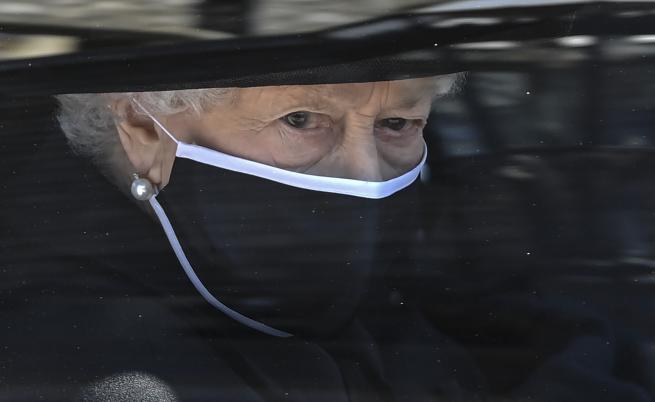 Кралица Елизабет Втора седя сама на опелото на принц Филип