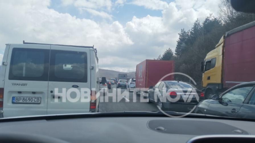 """10 км задръстване на АМ """"Хемус"""" преди София"""