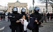 Голям протест в Берлин срещу мерките, полицията използва сълзотворен газ