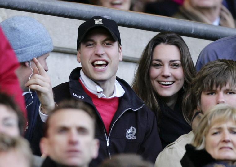 """<p><span style=""""color:#000000;""""><strong>Срещат се по напълно различен начин</strong></span></p>  <p>Меган Маркъл и принц Хари се запознават на среща &bdquo;на сляпо&ldquo;, организирана от техен общ познат.</p>  <p>Кейт Мидълтън и принц Уилям се срещат, докато учат в колежа на университета Сейнт Андрюс в Шотландия. &bdquo;Изчервих се, когато те видях за първи път. Бях много срамежлива&ldquo;, признава Кейт пред Уилям по време на телевизионното интервю през 2010 г., дадено по повод годежа им.</p>"""