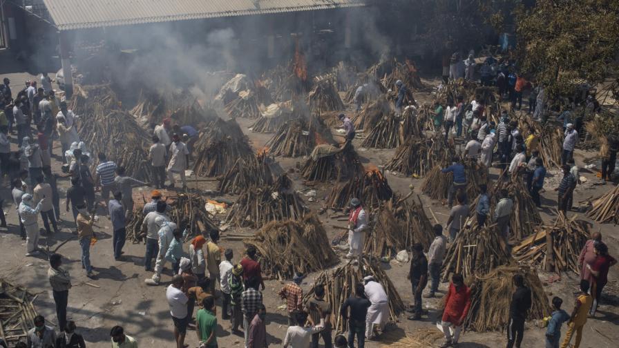 Индия: Цунами от болни от COVID-19, масови кремации