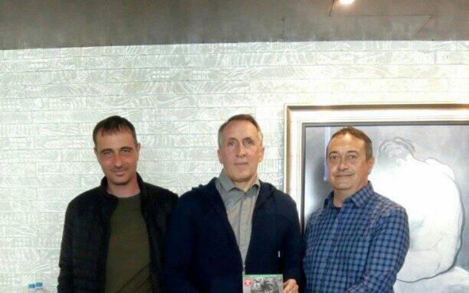 Книгата за Трифон Иванов не само оглави класациите по продажби