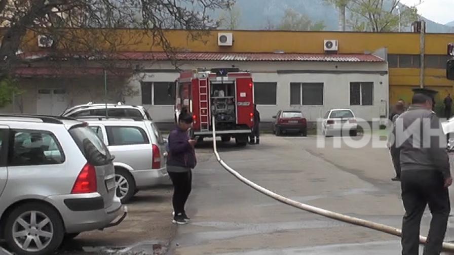 Пожар в блок във Враца, има пострадали