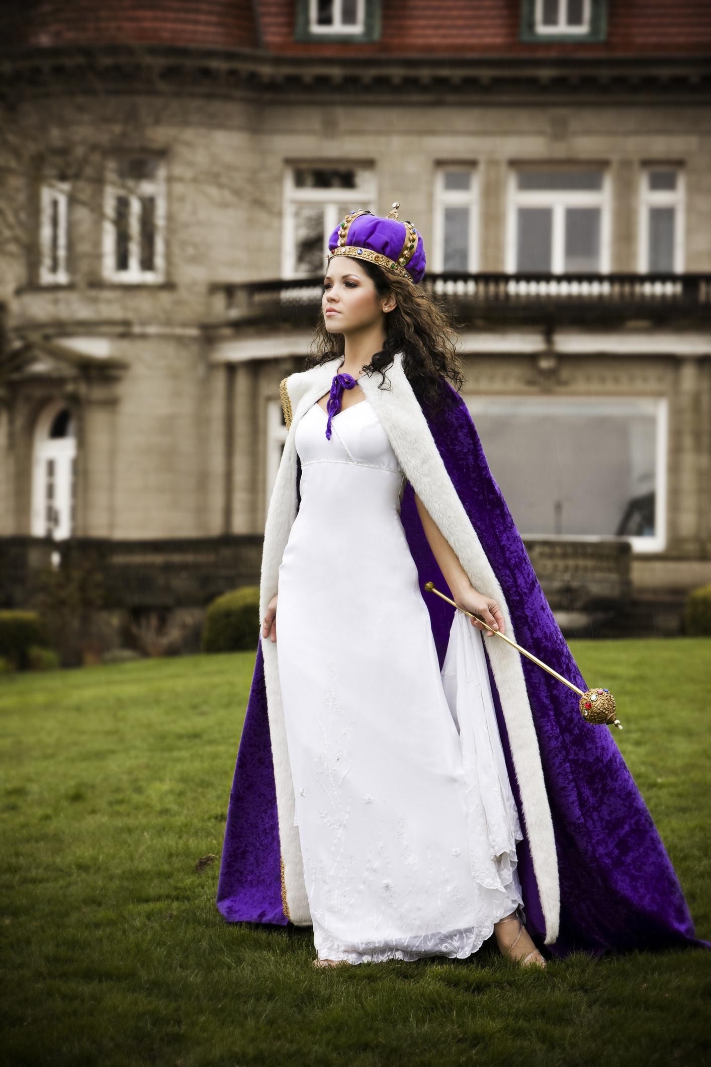 <p><strong>Лилаво</strong></p>  <p>Лилавото се свързва с царственост и кралски церемонии. Освен това оставя впечатление за магия и фантазия. Лилавото стимулира креативността и омиротворява, но същевременно се свързва с чувствителните и емоционални личности.</p>
