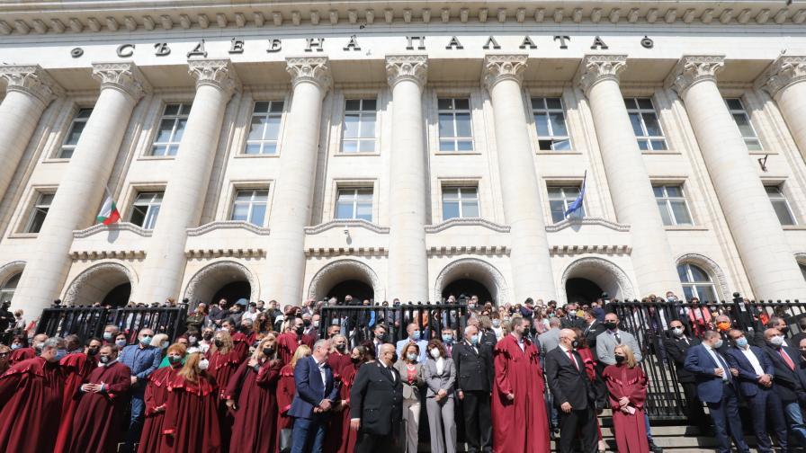 Магистрати от цяла България излязоха на мълчалив протест