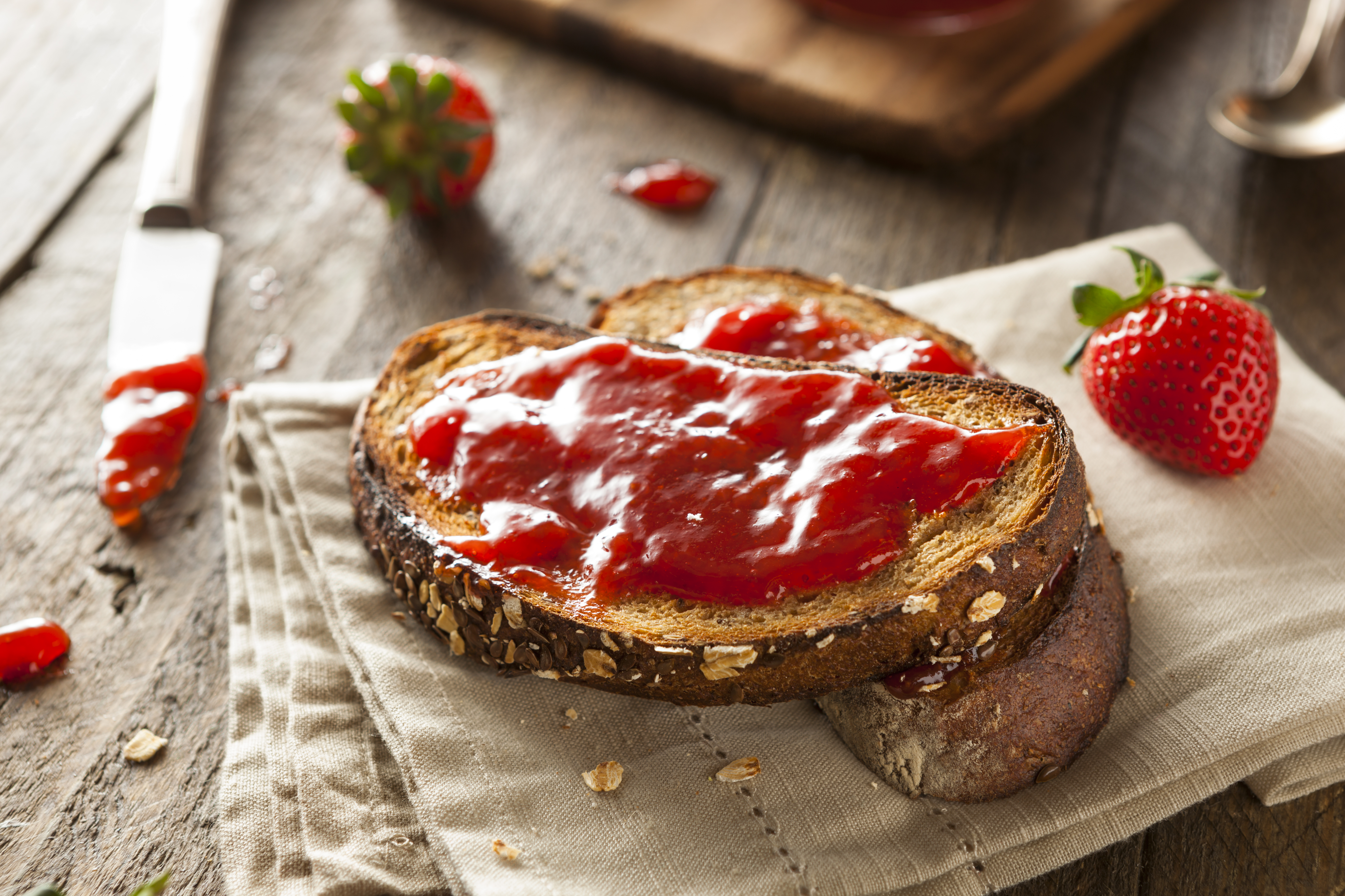 <p><strong>Хляб и конфитюр</strong></p>  <p>Особено неподходяща е комбинацията от бял хляб и конфитюр, защото простите въглехидрати, които съдържа конфитюра рязко вдигат захарта в кръвта, а белия хляб има и висок гликемичен индекс.Гликемичният индекс (GI) е цифрова скала, която показва колко бързо и колко високо определена храна може да повиши нашата кръвна глюкоза (кръвна захар).</p>  <p>Но не е добра и комбинацията от пълнозърнест хляб и конфитюр, защото изследванията показват, че този хляб доста вдига захарта. Резките скокове на захар в кръвта увреждат панкреаса, а също така водят и до енергийно неразположение, защото следват резки спадове. Вместо конфитюр, намажете хляба с масло, което според по-нови изследвания, все още е сред здравословните храни, а освен това значително ще забави темпото, с което захарта от хляба достига до кръвта.</p>