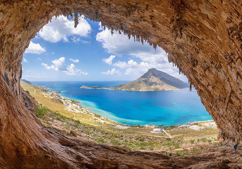 Скали в причудливи форми, традиционни къщи в пастелни цветове, уникални пещери, черно-пясъчни брегове, лазурни води и очарователни селца – на остров Калимнос има за всекиго по нещо