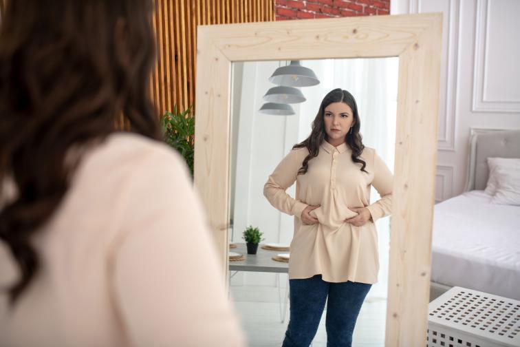 подуване корем жена огледало отслабване