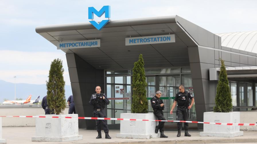 Инцидент в метрото на летище София, загинал и ранена жена