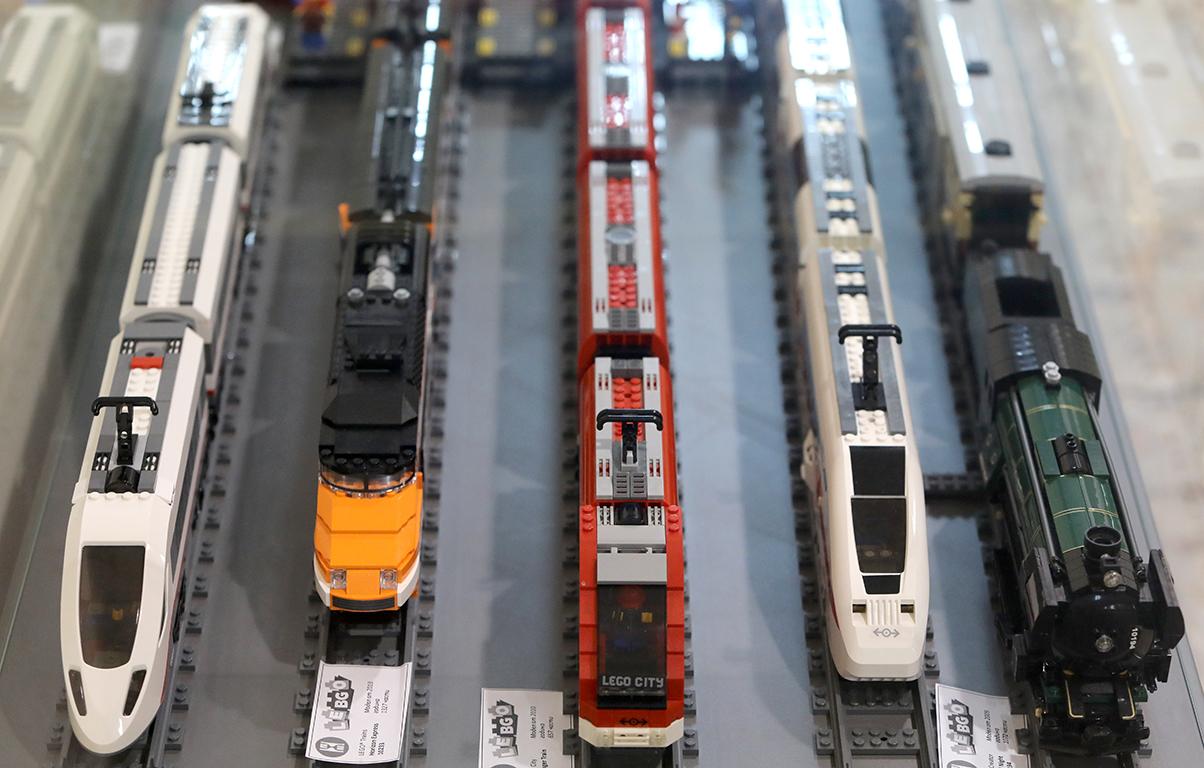<p>Те съжителстват с култовите локомотиви &bdquo;Крокодил&ldquo;. Всеки влак е построен с около 600 до 1300 елемента, допълнителни вагони и фигурки, които придават завършен вид на трите големи перона.</p>