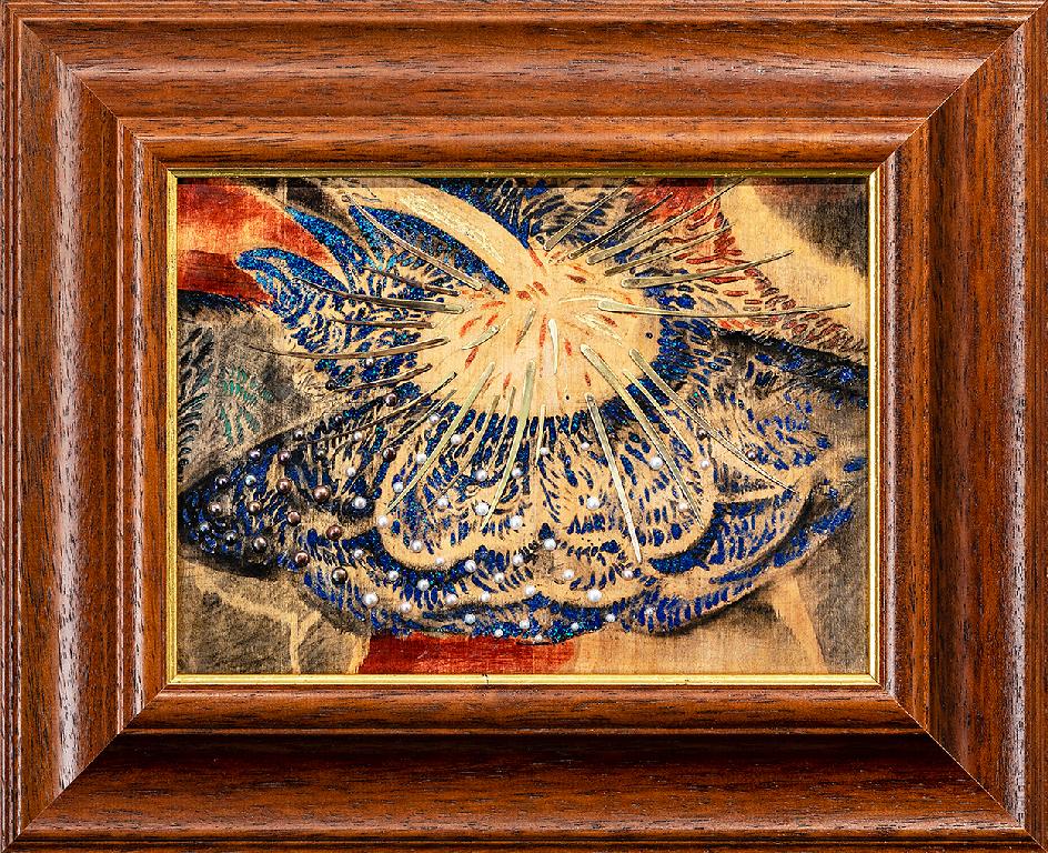 <p>В настоящата изложба в Галерия Арте, Художникът Анжело Красини има съвсем нов подход към накитите. Този път бижута му са част от картини.</p>  <p>Може да вземете обици, колиета или брошки да ги носите и след това отново да ги поставите в техните своеобразни обиталища, ювелирни творби &ndash; картини с бижута.</p>