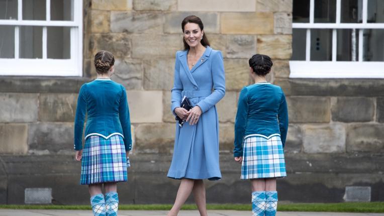 Кейт Мидълтън пленява в синя рокля с полъх от 80-те