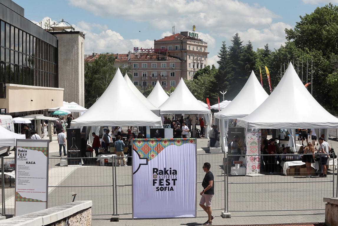 <p>Осмото издание на Rakia and Spirits Fest 2021 предлага изложение-дегустация на няколкостотин вида ракии и други спиртни напитки от цял свят.</p>