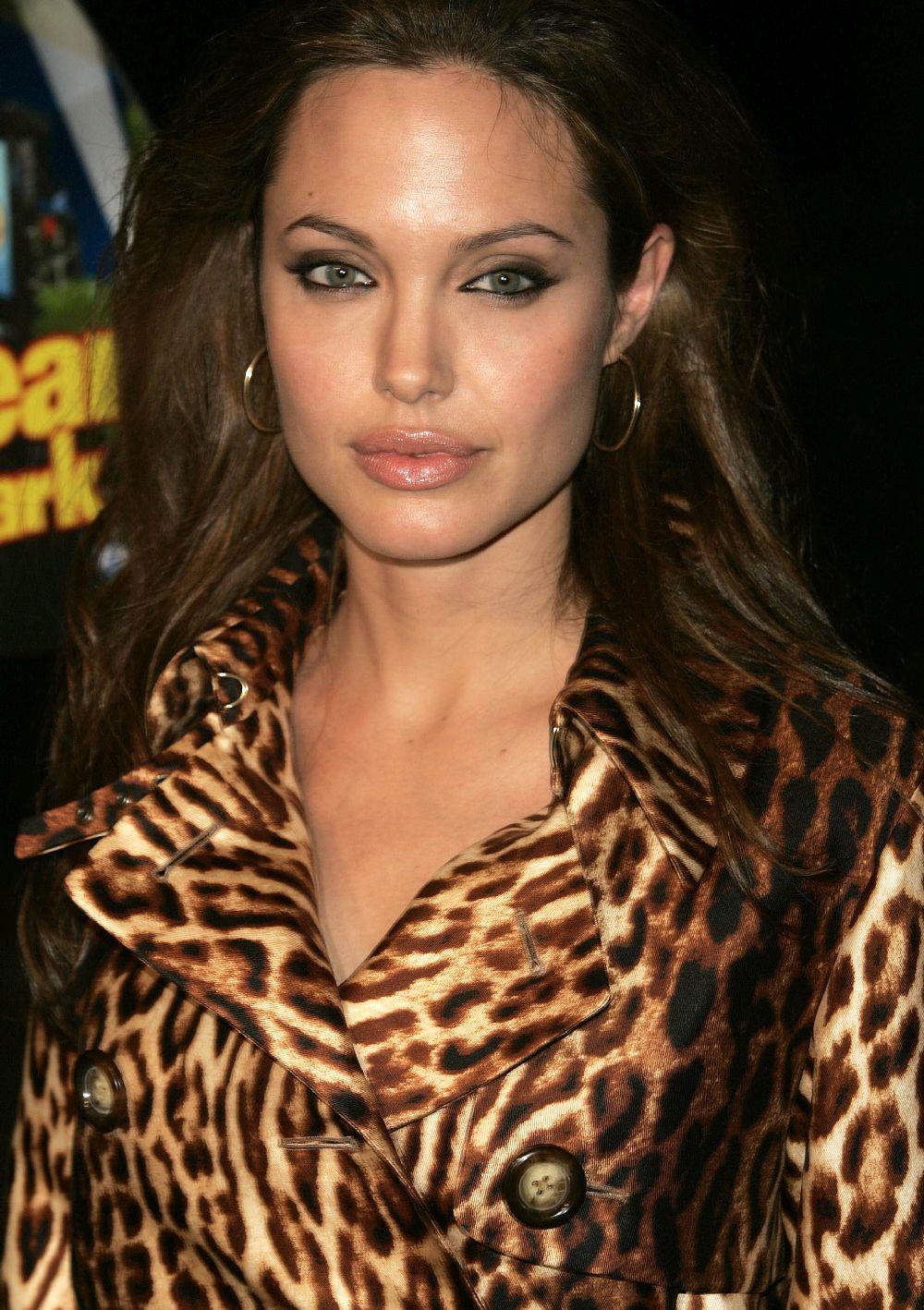 """<strong>Анджелина Джоли</strong><br> <br> Анджелина Джоли винаги е била открита за сексуалните си предпочитания, затвърждавайки ги публично с редица връзки с жени, включително и с модела Джени Шимизу. """"Винаги съм обичала жени. Смятам, че ако обичаш и искаш да задоволиш жена, особено ако и ти си жена, определено знаеш как да го направиш"""",споделя актрисата пред списание """"ОК""""."""
