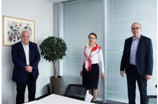 При подписването на договора в  София (от ляво): Александър Гечев (управител на Ренус България ООД), Мариета Григорова (управител на Гебрюдер Вайс в България), Томас Мозер (директор и ръководител на регион Black Sea/CIS  в  Гебрюдер Вайс)