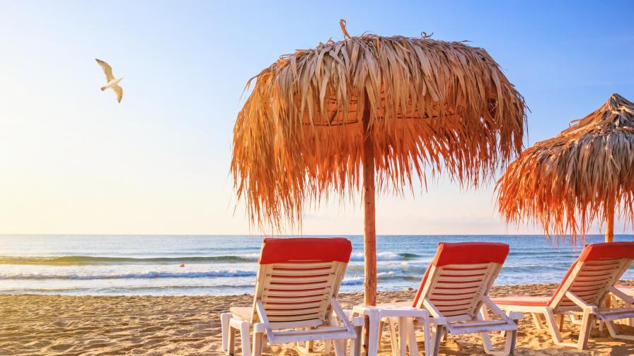Ето колко ще ни струва шезлонгът и чадърът на морето това лято