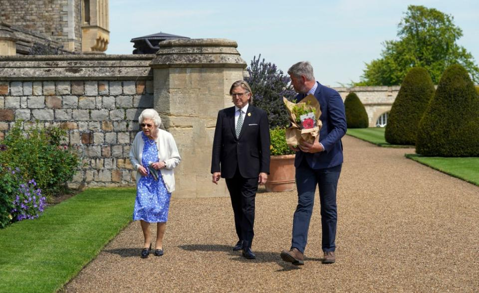 кралица Елизабет принц Филип роза