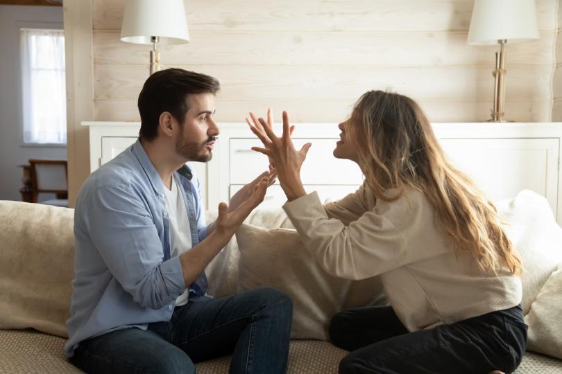<p>Когато конфликтите ви са жесток и не остават и няколко спокойни минути, е време да се замислите. Ако стигате до пълни дребнавости и не си оставяте почивка, може би е добре да повдигнете въпроса за това как можете да се справите с проблема.</p>  <p>Другата крайност е когато сте се карали толкова дълго и често, че вече нямате сили. Но това далеч не означава, че всичко е наред - просто ви е страх, че ако повдигнете нещо ще попаднете отново в затворен кръг.</p>