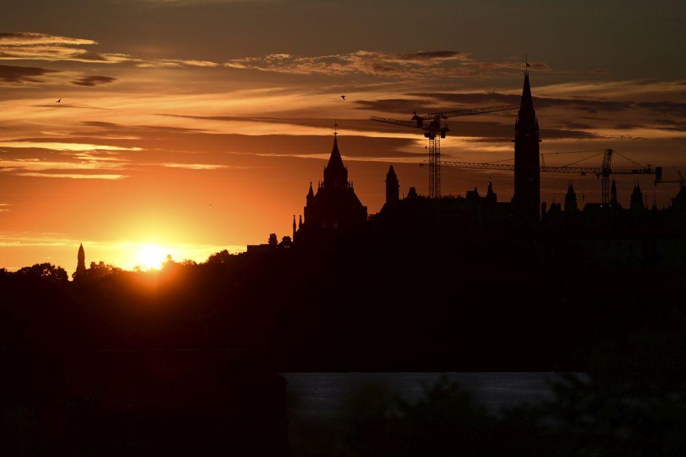 Пръстеновидното слънчево затъмнение се издига зад Парламентския хълм в столицата на Канада - Отава