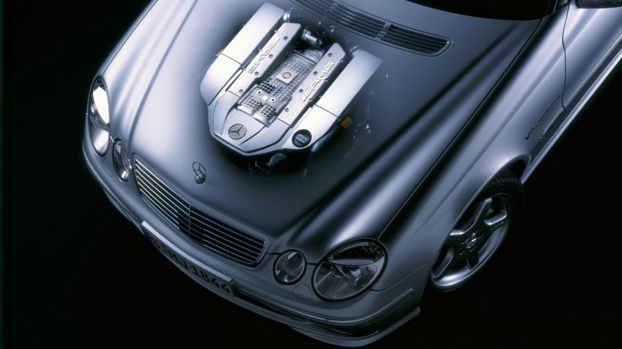 <p>Поглед назад към легендарния V8 двигател на AMG</p>