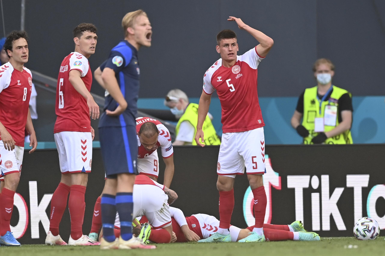 <p>Футболист на Дания колабира на терена на UEFA EURO 2020</p>