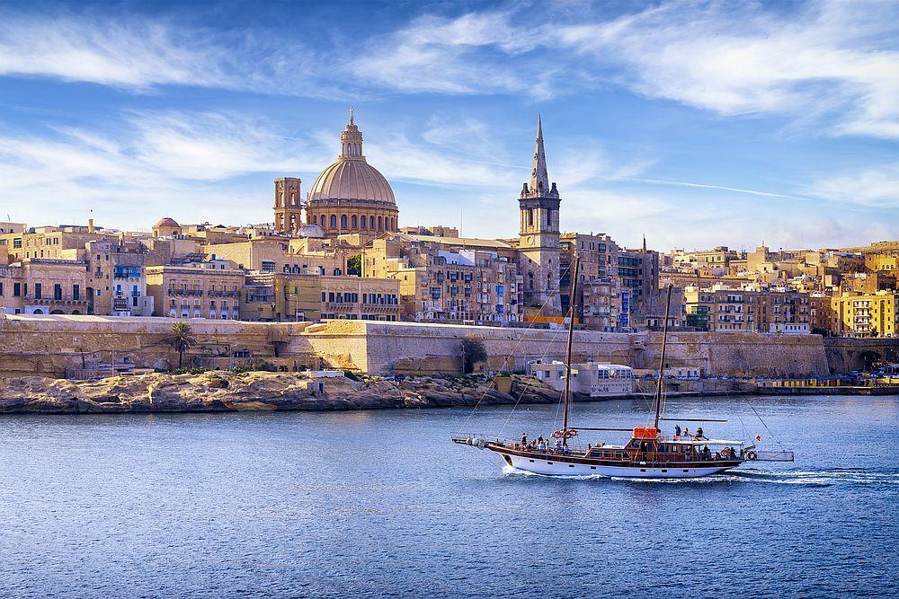 Малта има красивото крайбрежие с изумителни скални образувания, запазени старинни укрепени градове и много археологически открития.
