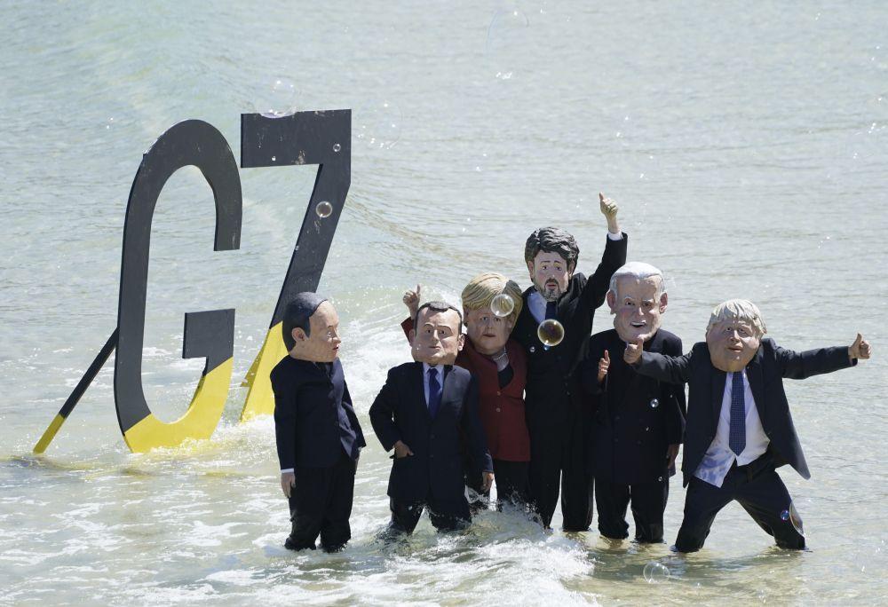 Активисти, маскирани като лидерите на Г-7
