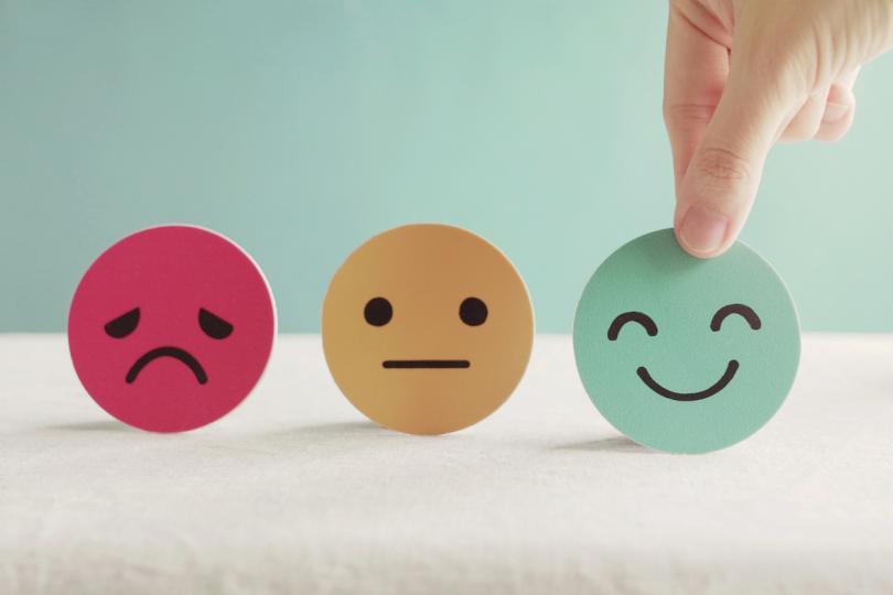 <p>2. След това изобразете върху нея &nbsp;по подходящ за вас начин всяка емоция, която изпитвате - смях, щастие, надежда, вълнение, любов, приятелско чувство, страх, тревожност, приключенстване, ревност, завист и др.</p>