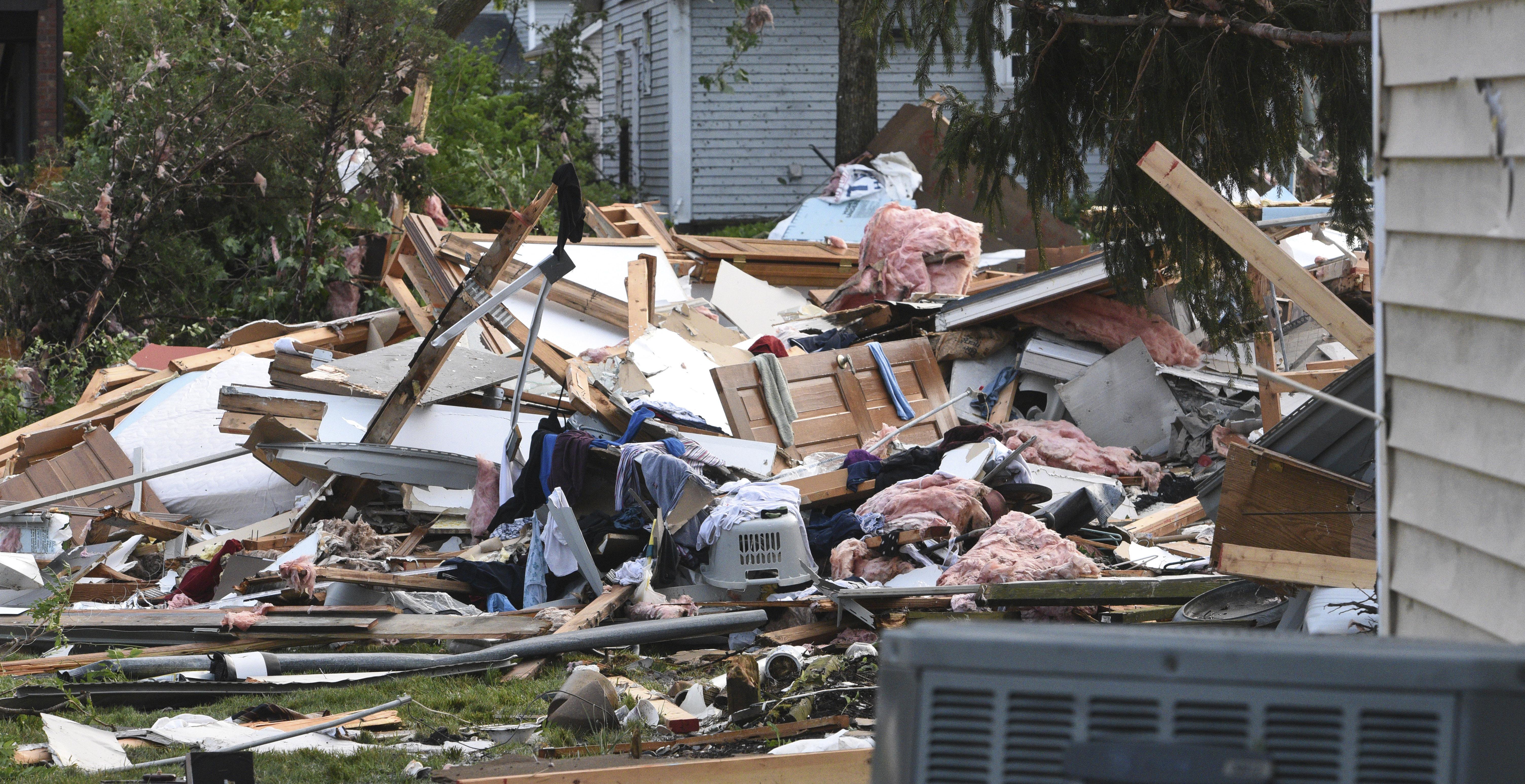 <p>Причинени са щети на над 100 къщи, има ранени, на места е прекъснато електроподаването</p>
