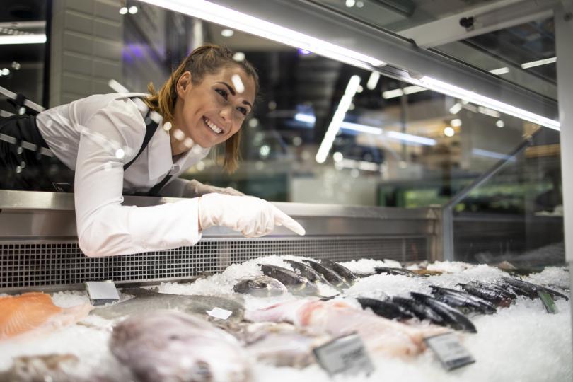 <p>Заставайки пред витрината с рибни деликатеси, най-важното нещо е да огледате добре и най-вече да включите и носа си&nbsp;в избора. Ако не ви мирише приятно (а вие ще усетите кога мирише зле), просто това не е вашият магазин. Избирайки даден вид риба, поискайте от продавача да я докоснете.</p>
