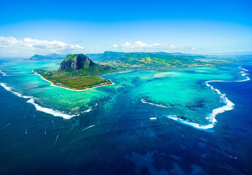 Остров Мавриций пленява с красиви пейзажи, бели плажове и коралови рифове.