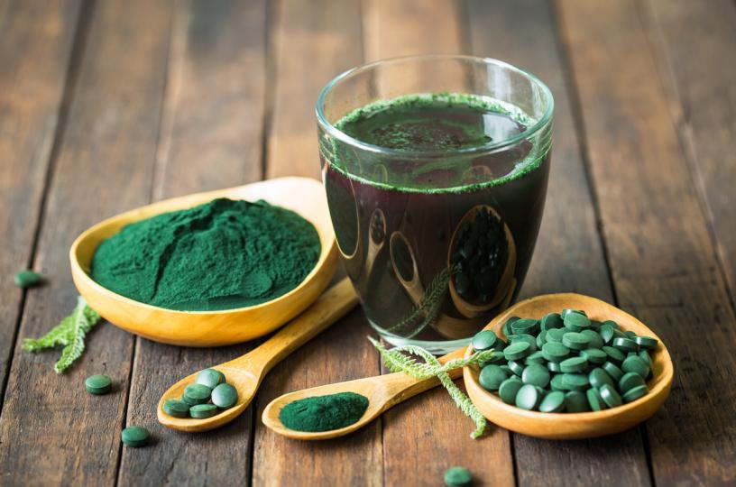 <p><strong>Спирулина</strong></p>  <p>Спирулината&nbsp;е продукт, който най-често се свързва със здравословно хранене. Сините или зелените водорасли са&nbsp;растителен протеин, богат на желязо, витамин В6 и манган. Две супени лъжици от нея съдържат около осем грама протеин или около 64 грама на чаша. Не че изяждането на чаша спирулина е добра идея - често се продава като прах, който се добавя към смутита,&nbsp;протеинови шейкове, сок или се приема като добавка. Така че, макар че това е&nbsp;растителна храна с много протеини, хората не ядат в същото количество, в което ядат соеви продукти или ядки.</p>